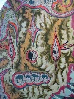 """DETALLE DE OBRA. """"ARBOL PLUMAS DELIRANTES"""". Esmalte al agua + acrílico sobre árbol diseñado. Obra realizada para exposición en Mall Plaza Calama. 2011"""