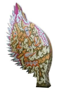 """""""ARBOL PLUMAS DELIRANTES"""". Esmalte al agua + acrílico sobre árbol diseñado. Obra realizada para exposición en Mall Plaza Calama. Calama – Chile 2011"""