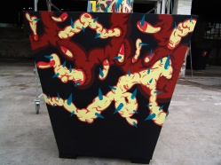"""DETALLE DE OBRA. """"ARBOL DELIRANTE"""". Esmalte al agua + acrílico sobre árbol diseñado, estructura metálica, base de madera y relleno de papel encolado. Obra realizada para exposición en Mall Plaza Antofagasta. Antofagasta – Chile. 2011"""