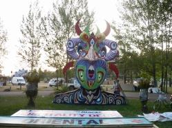 """""""DEMONIO DE LOS SENTIDOS"""". Obra realizada para el festival MYSTERYLAND CHILE 2011. Madera de pales reutilizada, pintada con esmalte al agua. 2011"""